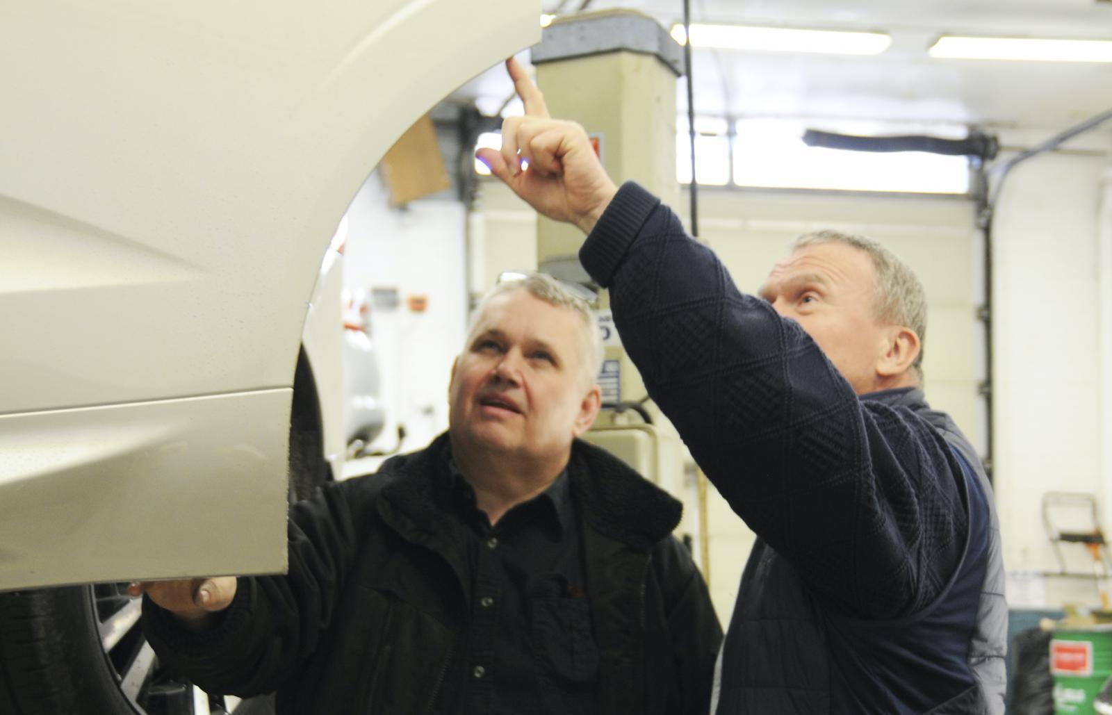 Hans Jaensson inspekterar dörrkonstruktionen med rostskydds-expert Thomas Widström.