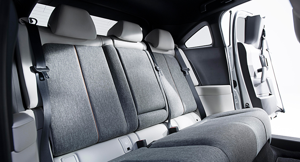 Lösningen med bakdörrar upphängda i bakkant kallas för Freestyle-dörrar på Mazdaspråk. Krånglig lösning som ger kraftigt försämrad sikt utåt.