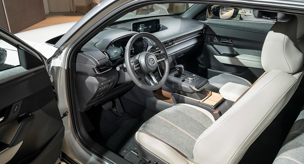 Interiören håller hög standard. Mazdapremiär för tryckbar skärm, här framför växelväljaren.