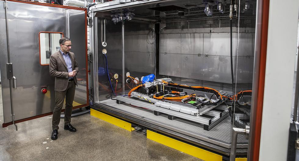 Magnus Johansson framför en av åtta jättekammare som används för att testa batteripaketens förutsättningar.