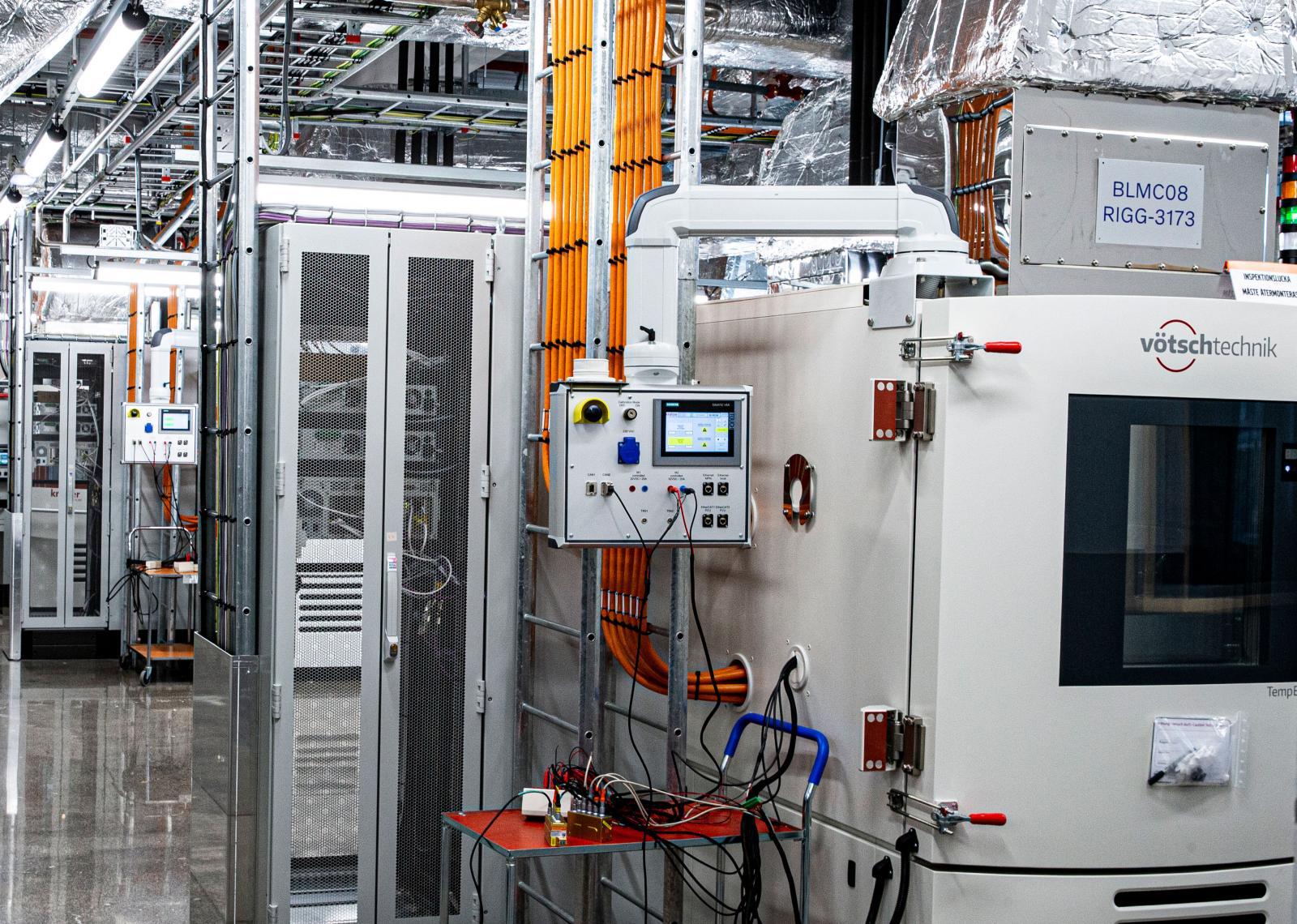 I labbet testar man både celler, moduler och hela pack.