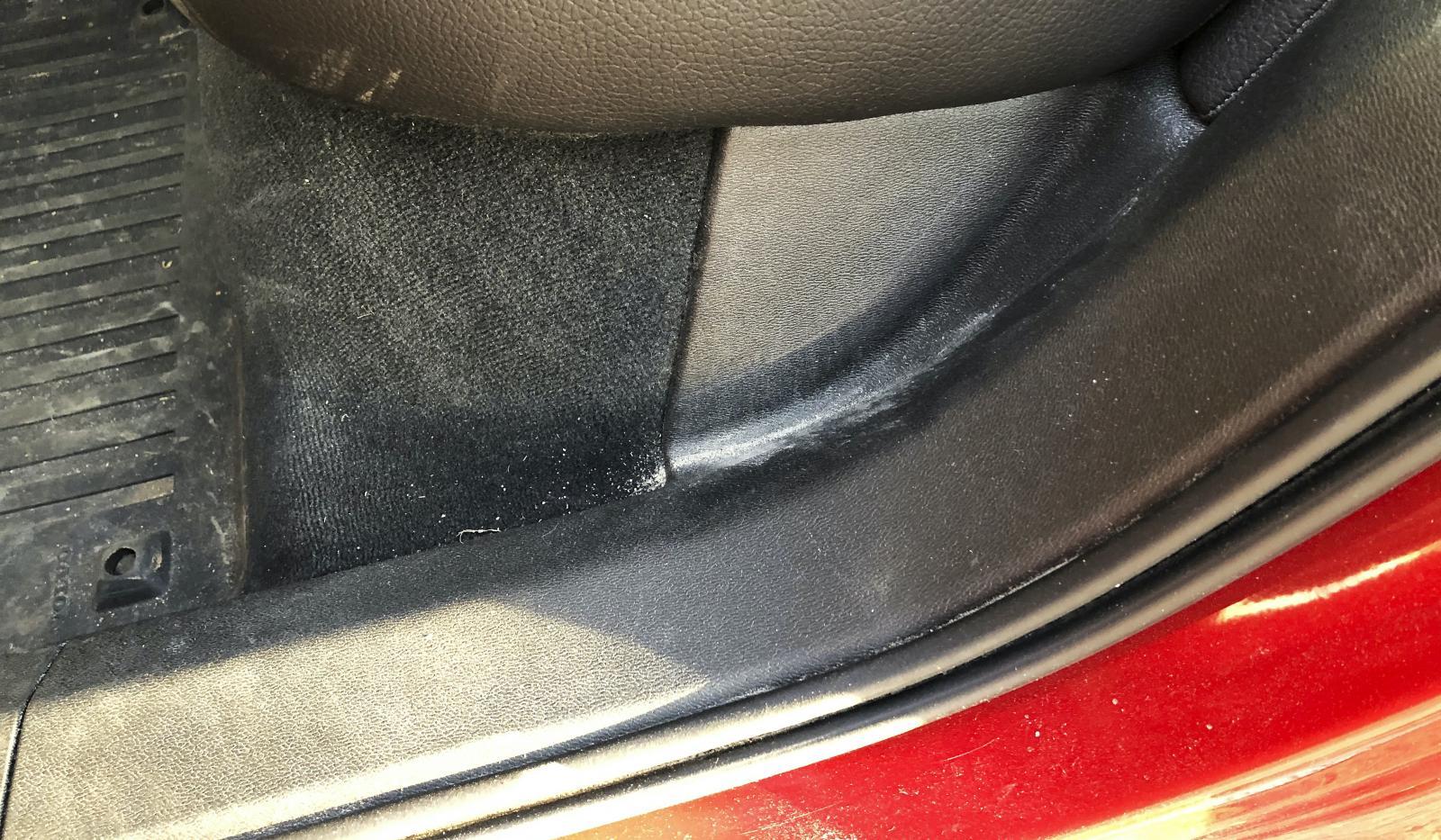 Gummilisterna har svårt att hålla tätt och släpper in vägdamm som lägger sig på dörrmattan innanför bakdörrarna. På bilden Frank Johanssons XC60.