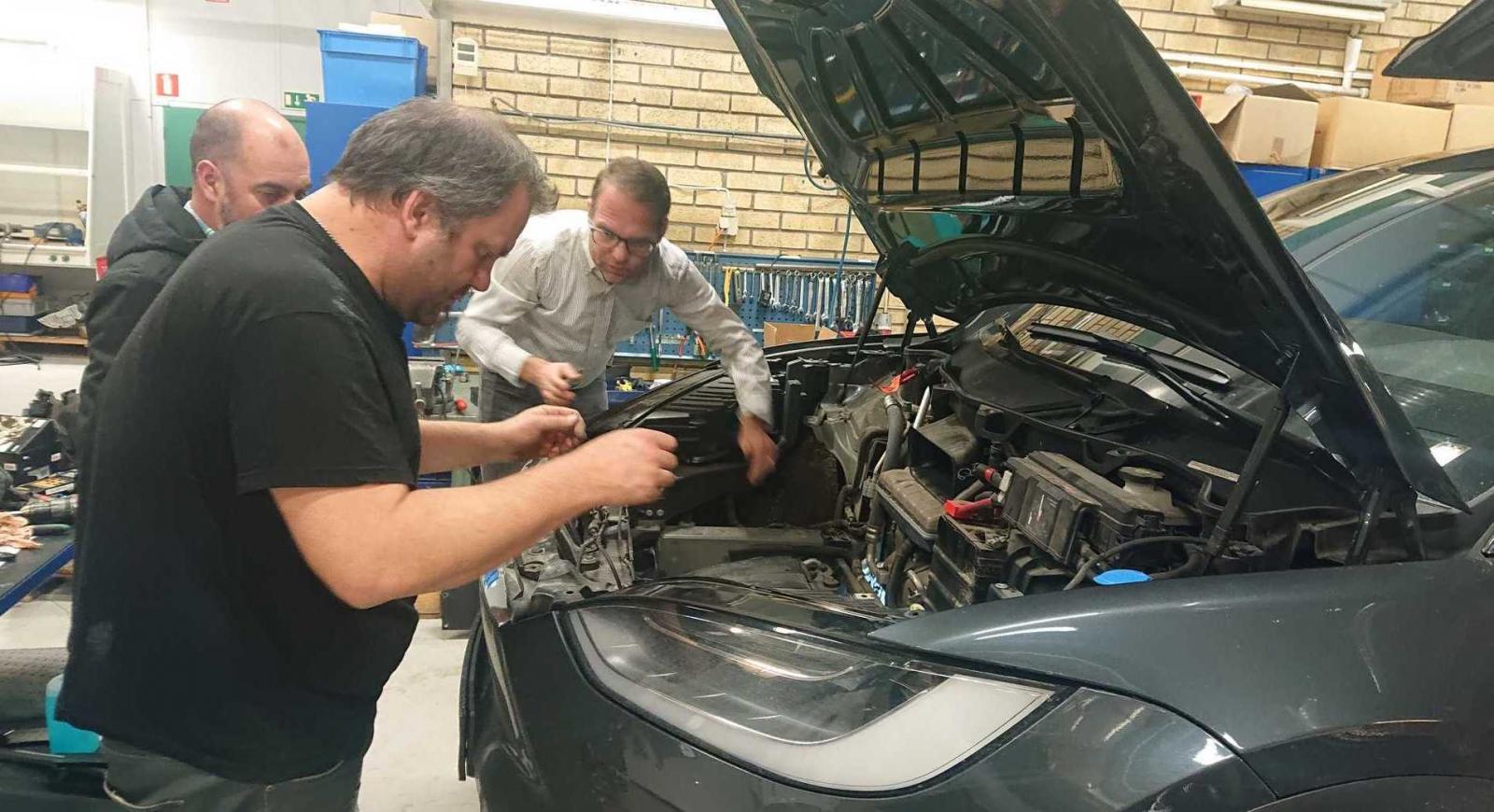 Tillsammans med företaget Calix testar han nu en batterivärmare till sin elbil som kopplas in på samma sätt som en motorvärmare.