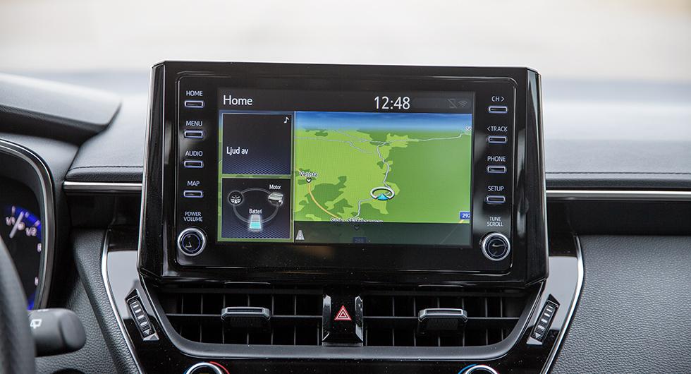 Toyota: Tillkrånglat menysystem utan logik i uppbyggnaden med yxig grafik. Lättnådd pekskärm är enda glädjeämnet.