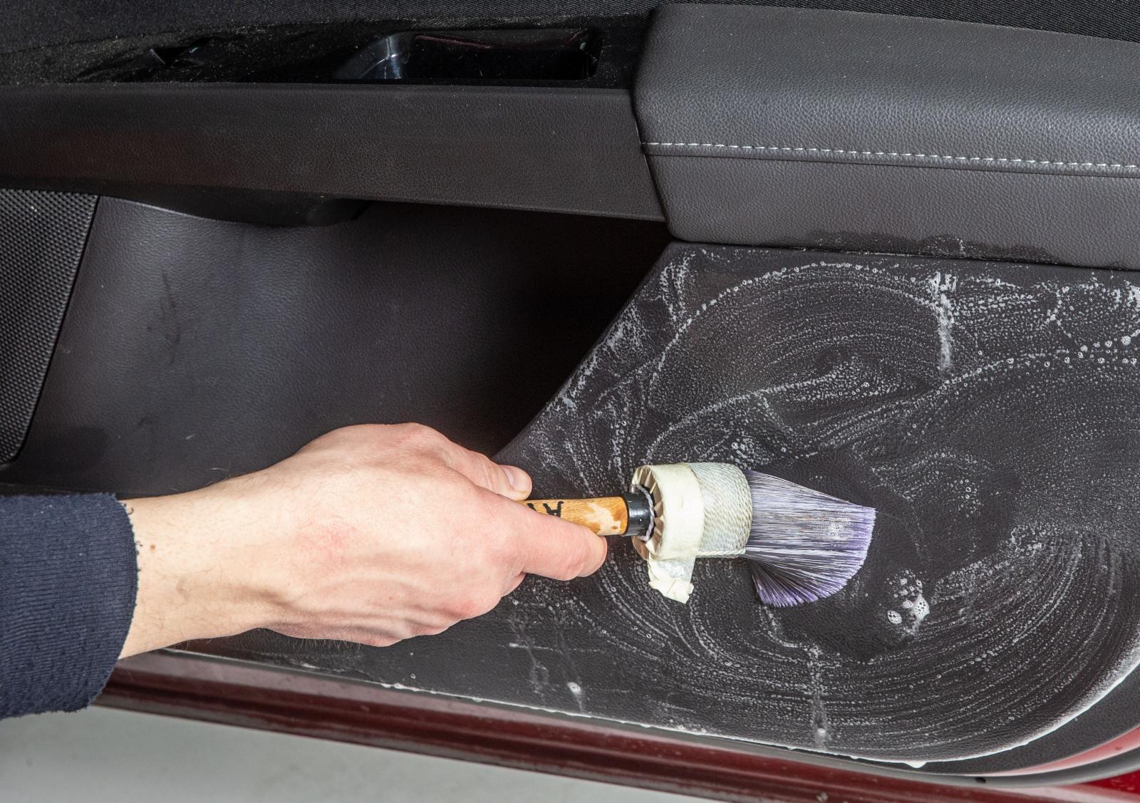 Man kan använda en pensel för  att få rent dörrsidans plast.