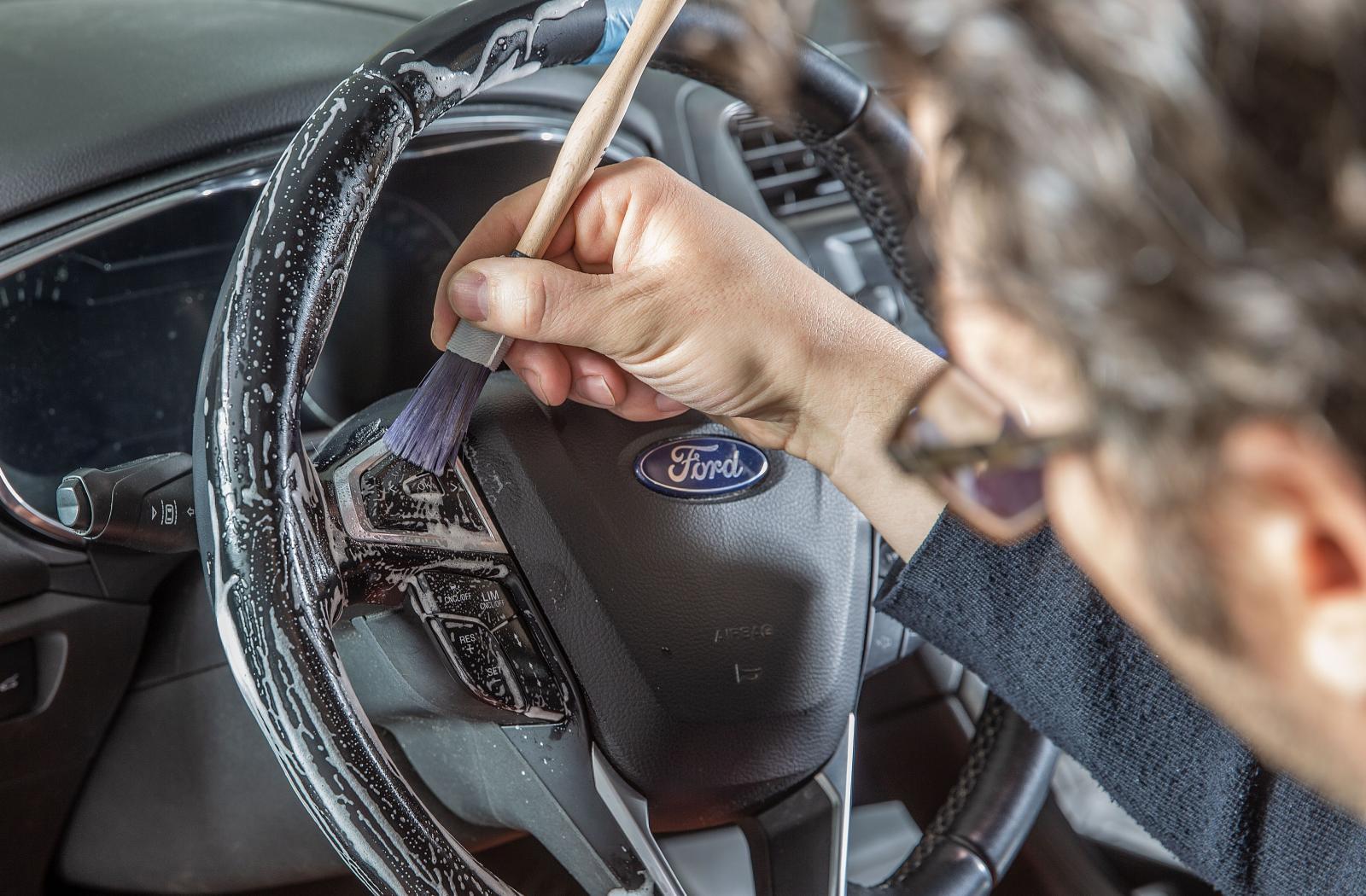 En mjuk pensel kommer åt bra och är skonsam mot ratten.