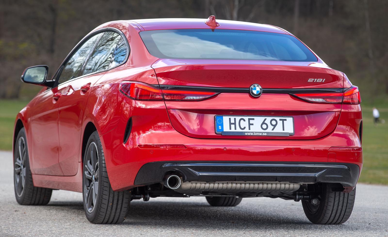 BMW håller på att förnya sitt designspråk. Den pianosvarta ribban är ett nytt formelement för märket.