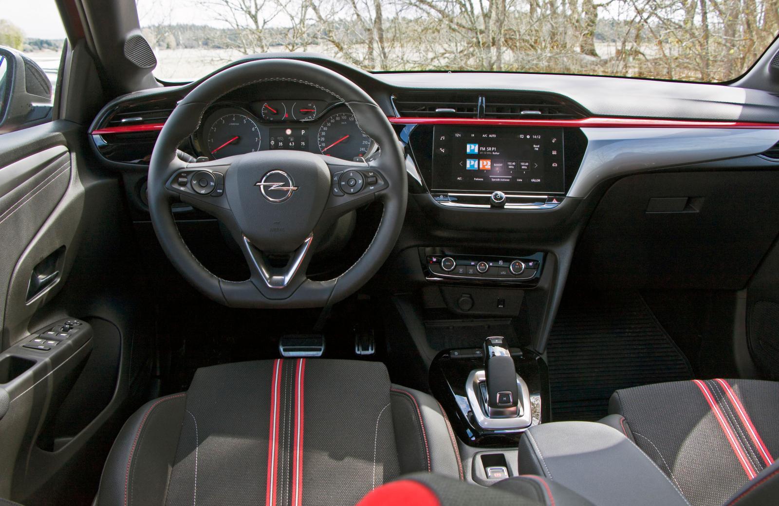 Konventionell, logisk förarmiljö fjärran från formexperimenten i Peugeot 208 men växelväljaren är identisk. Stora mätare, trådlös mobilladdare.
