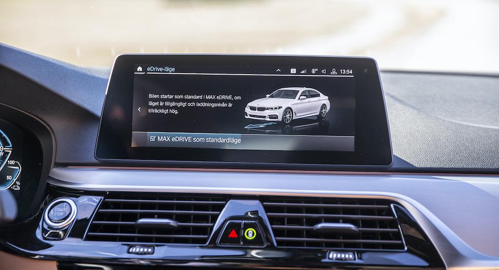 Ett knapptryck gör att bilen alltid startar i elektriskt läge.