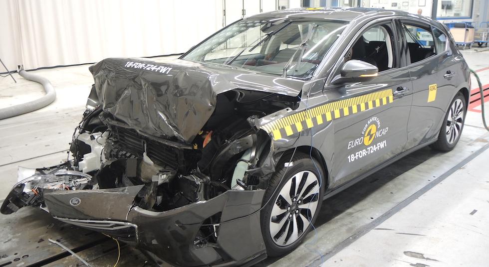 När sommardäcket fått stopp från 80 km/tim håller vinterdäcket fortfarande 50,7 km/tim. När EuroNCAP testar frontalkrocksskyddet kör bilen in i hindret i 50 km/tim. En hastighet som ger hög risk för personskador.