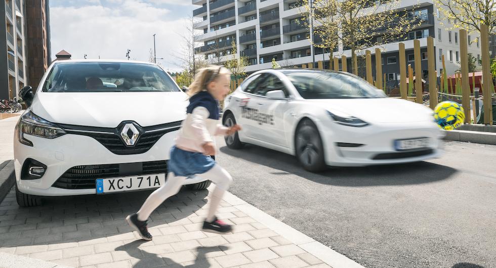 Många moderna nödbromssystem kan även tvärnita för utspringande barn. Men funktionen fungerar sämre i Tesla och Renault än i BMW, Mazda och Toyota.