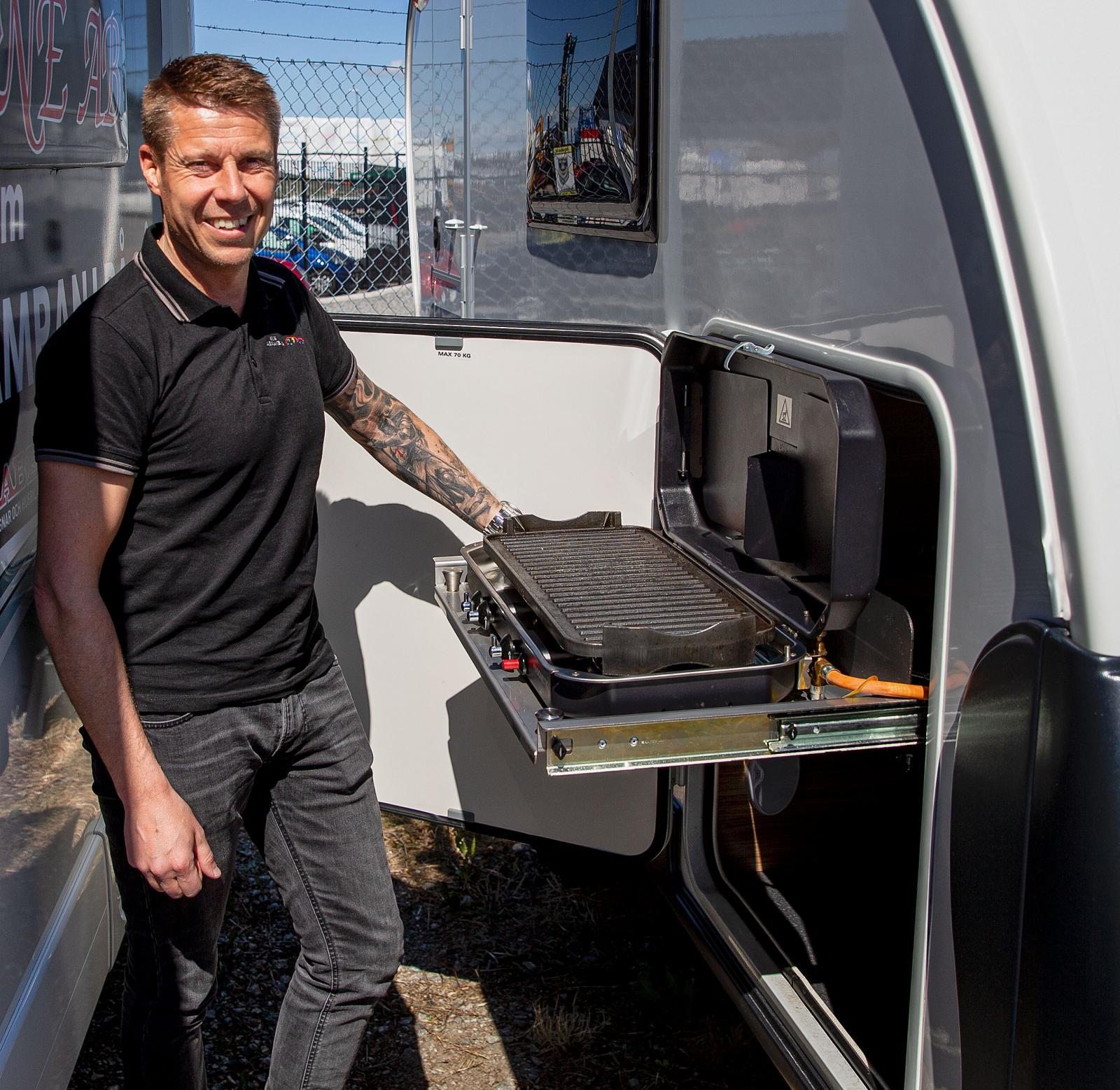 Jimmy Busch visar upp en Adriavagn med inbyggd grill. Foto: Carl Hempel