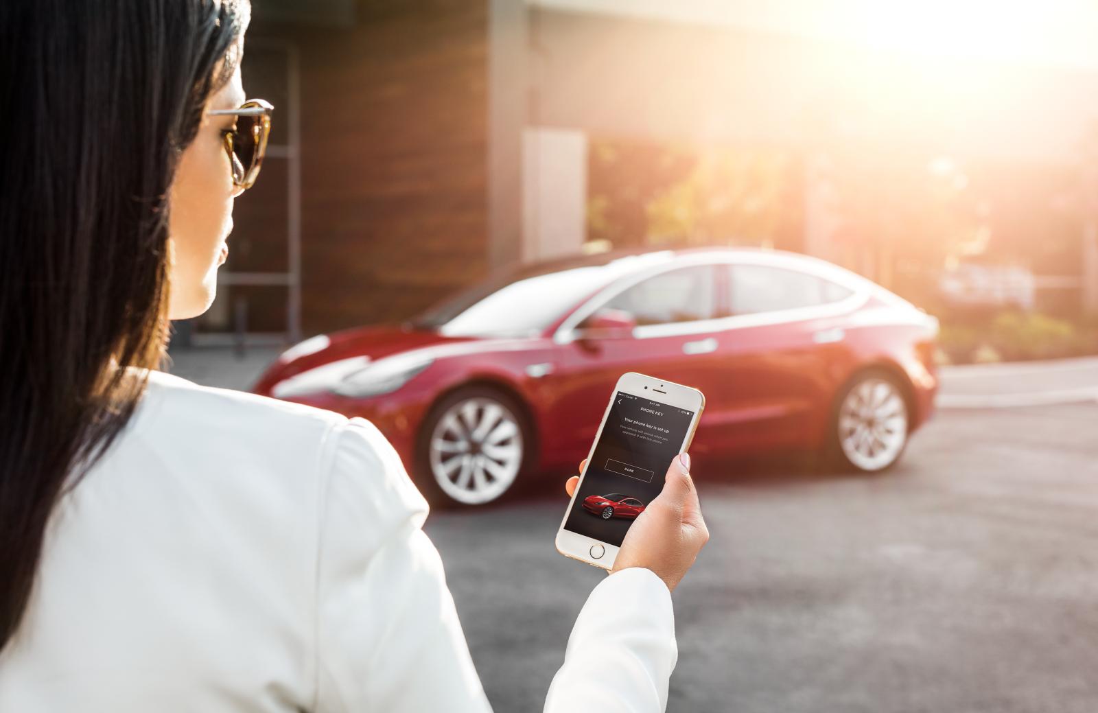Teslas bilar kan redan i dag låsas upp med mobilen. Men Apples funktion byggs in direkt i operativsystem och bilägaren behöver därmed inte använda en särskild app.