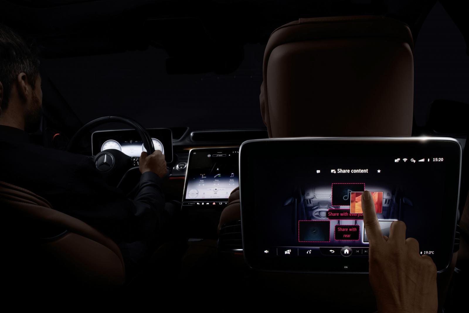 Mercedes nya infotainmentsystem har även en funktion där föraren kan skicka över vissa saker från framsätet till passagerare i baksätet. På så sätt kan till exempel ett telefonsamtal skickas över till en passagerare.