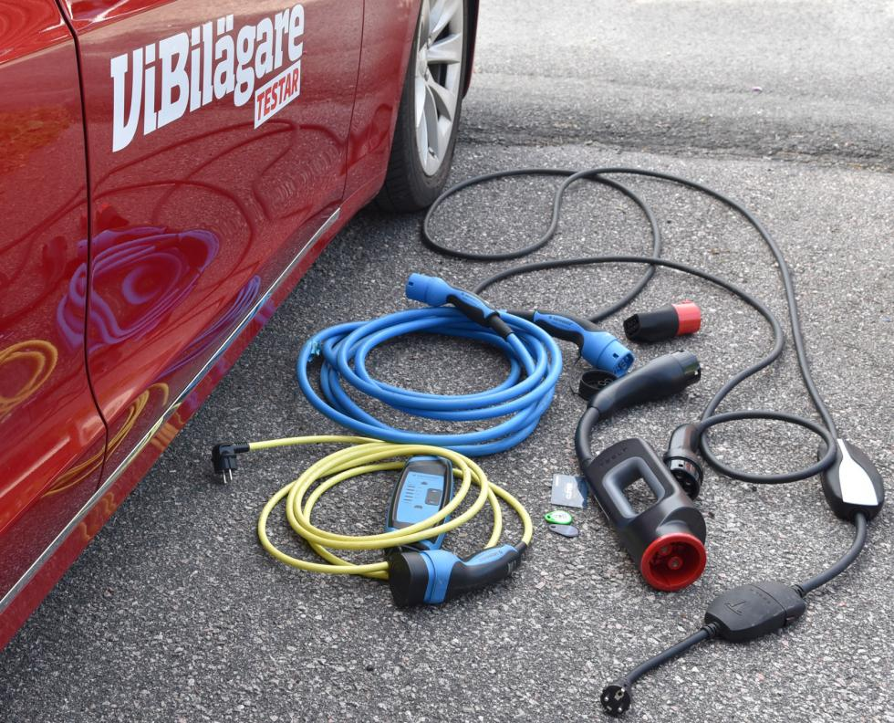 """Extra kablar ger fler möjligheter att ladda. Fortast går det med Teslas egna snabbladdare. I Sørkjosens """"super charger"""" får vi ström till 28,3 mil per timme."""