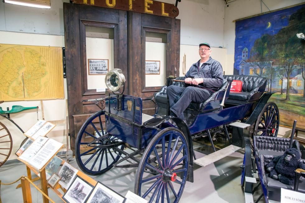 Massivt gummi på hjulen – punkteringsfritt! Olle Pihlgren håller i styrspaken. Bilen på ÅSSA-museet i Åtvidaberg är fortfarande i körbart skick.