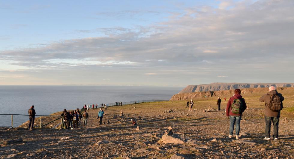 Drygt 300 meter nedanför oss möter Atlanten Norra ishavet i Barents hav.