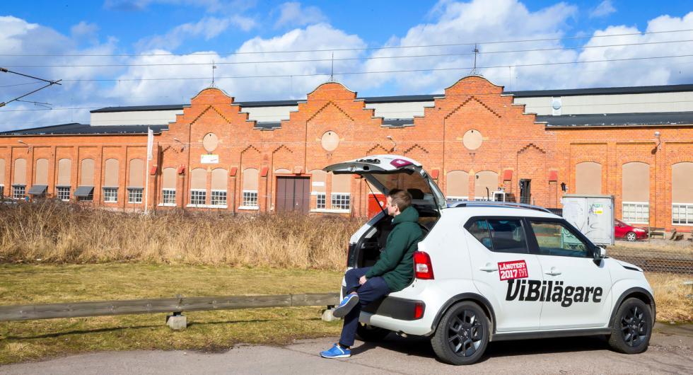 Bilfabriken är borta men andra delar av Kalmar Verkstad finns kvar. Vi Bilägares långtestbil Suzuki Ignis mäter 370 centimeter mot Tjorvens 360.