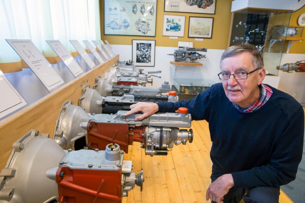 Köping kan sina kugghjul. Alla Volvos manuella växellådor som tillverkats i stan finns uppradade på bilmuseet. Bengt Eriksson ger en rundtur.