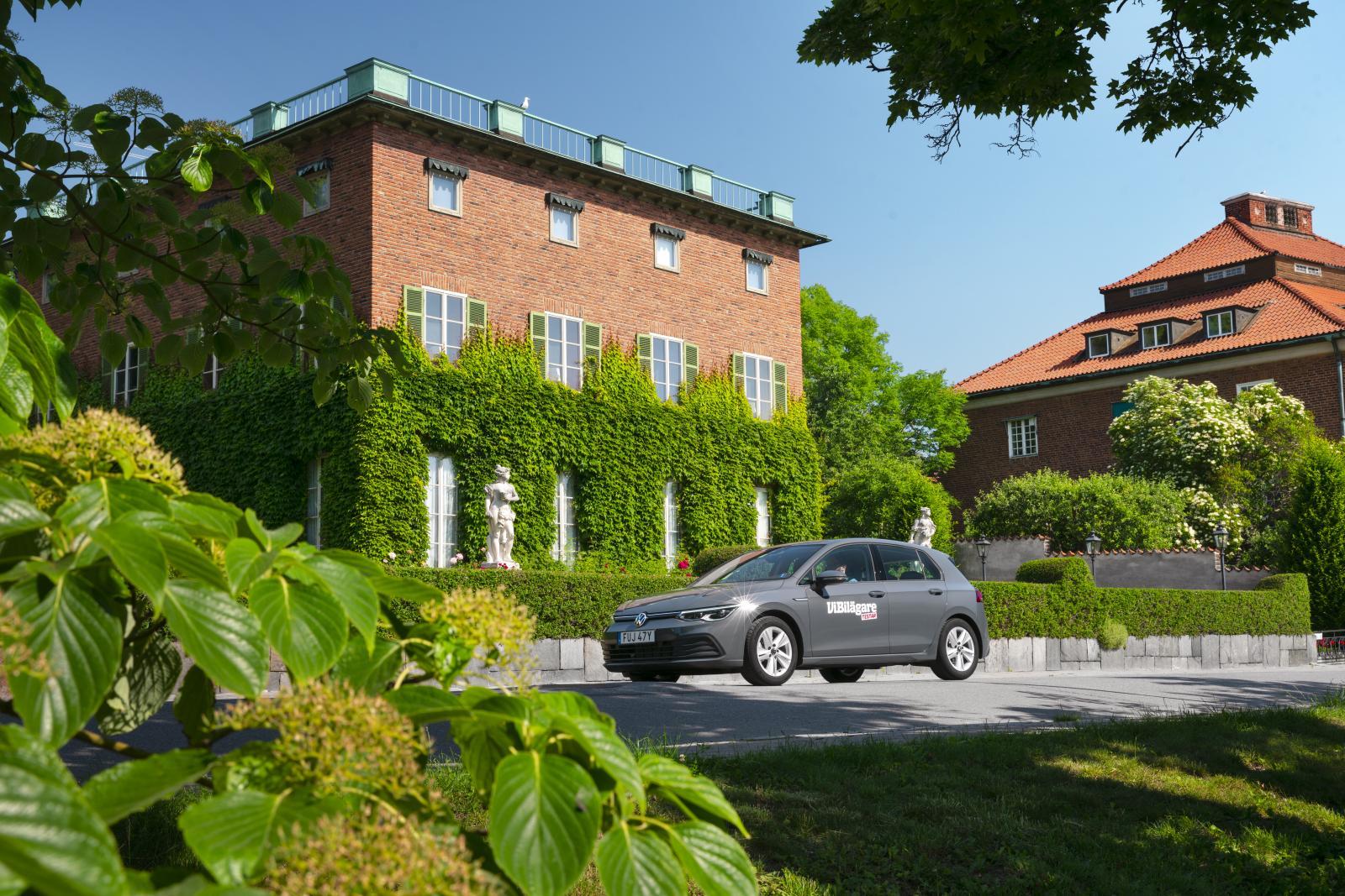 """Diplomatstaden har växt fram på det tidigare OS-området för rodd. Villa Bonnier (1927) disponeras av talman och regering för representation. Golf representerar i """"Dolphin Grey Metallic"""" och 16-tums fälgar """"Norfolk""""."""
