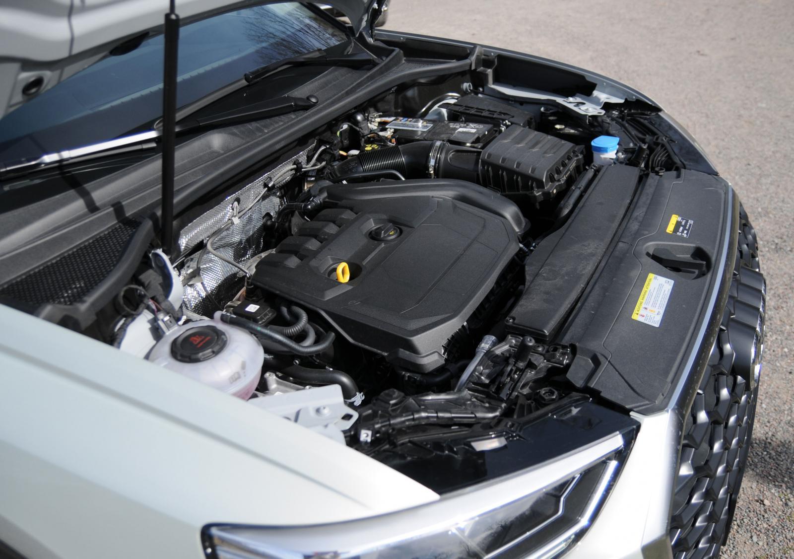 Under huven erbjuds fyrcylindriga diesel- och bensinmotorer på 1,5 eller 2,0 liter.