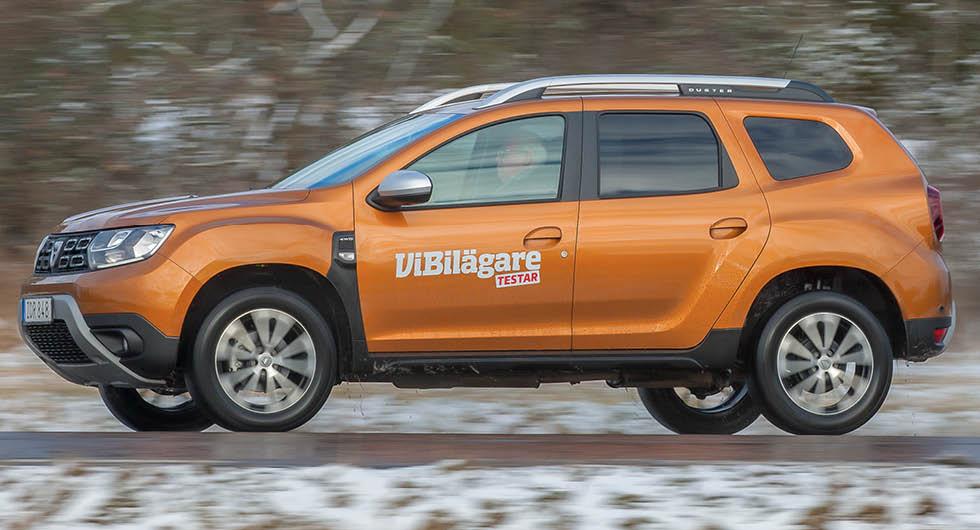 Dacia Duster drar 24 procent mer bensin än lågbyggda Sandero, men då får köparna också tuffare design, enklare insteg och något högre effekt. Kanske värt merkostnaden?