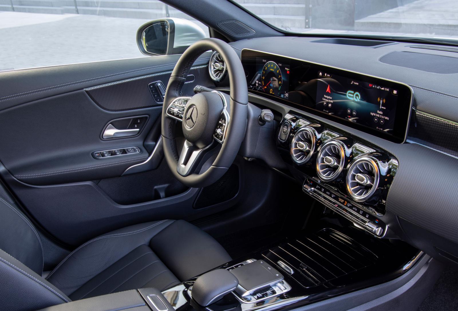 S-klass eller A-klass? Mercedes senaste instrumentpanel med den gigantiska MBUX-skärmen bjuder på information i överflöd.
