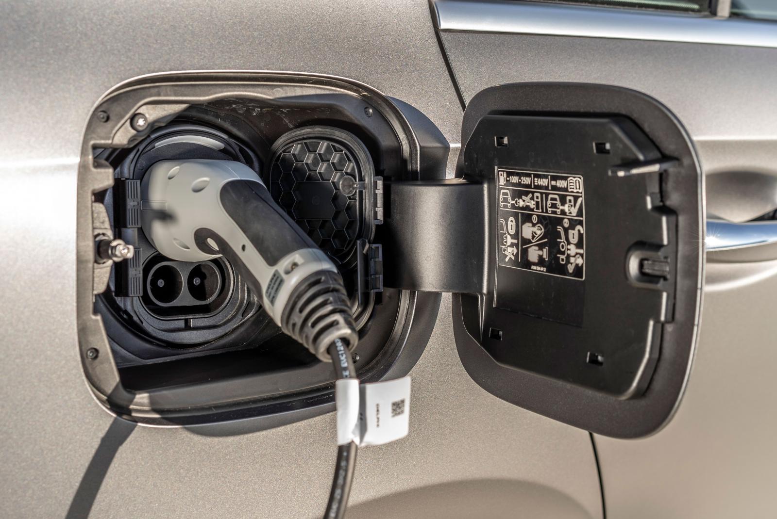 Batteriet är på 15,6 kWh och kan laddas med 3,7 kW eller 7,4 kW (tillval).