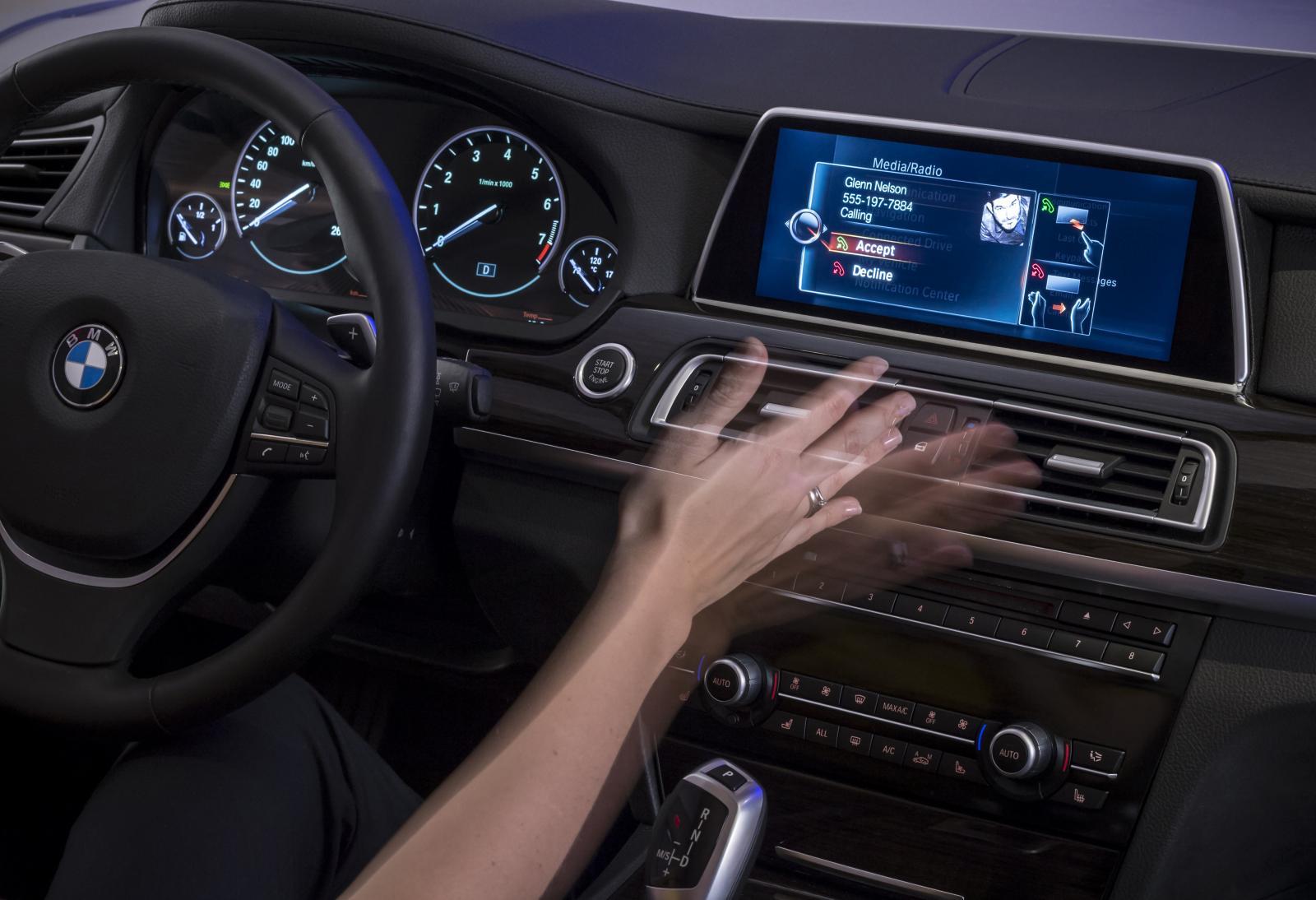 Att vifta med händerna för att höja volymen eller byta radiostation är inget bilägarna uppskattar.