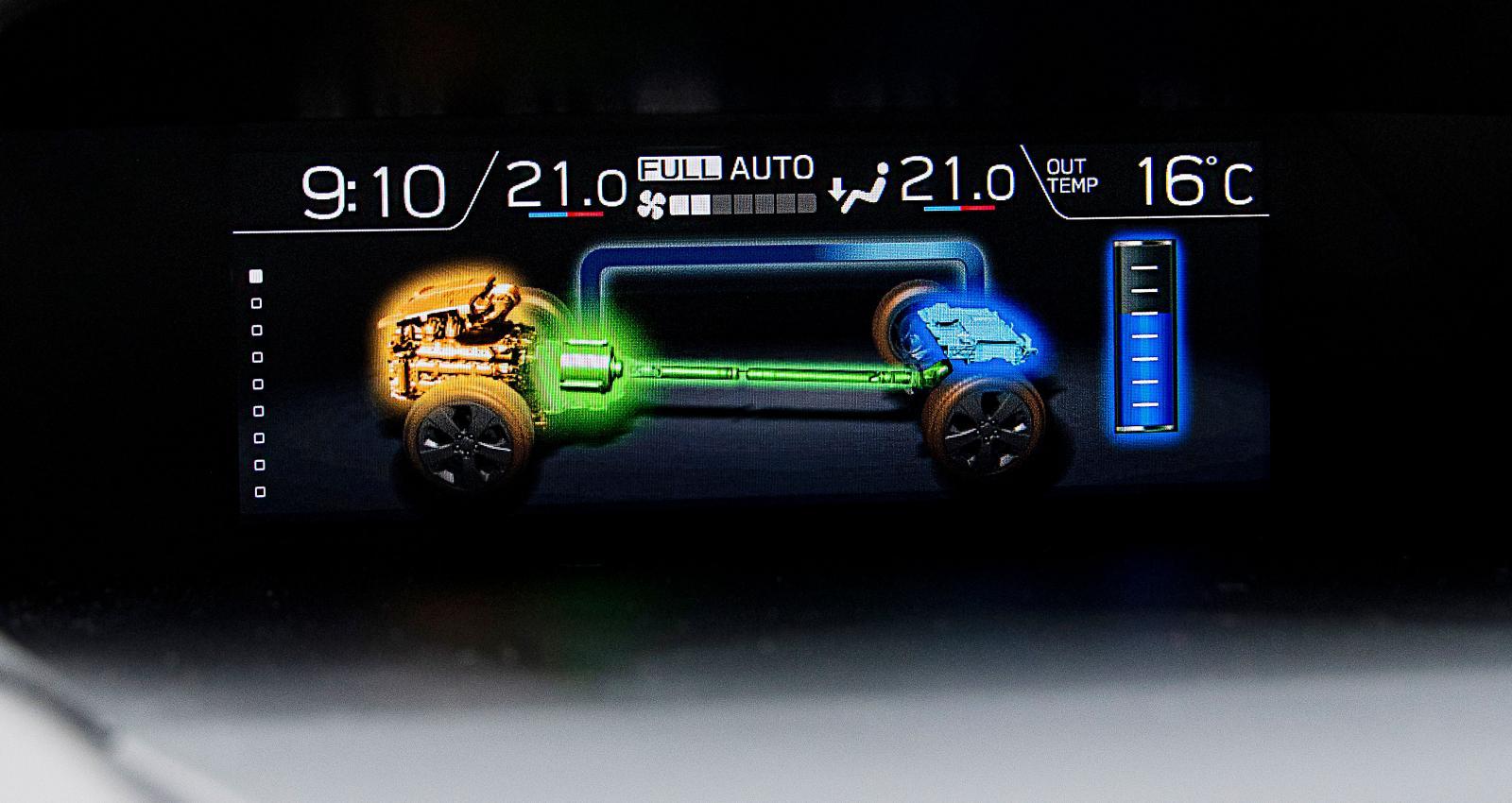 Displayen ovanpå panelen redovisar vilken motor som arbetar. Här stöttas förbränningsmotorn av el.