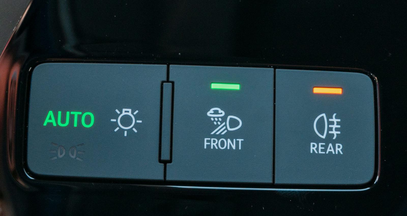 Fysiska knappar men minimalistisk ljusomkopplare.
