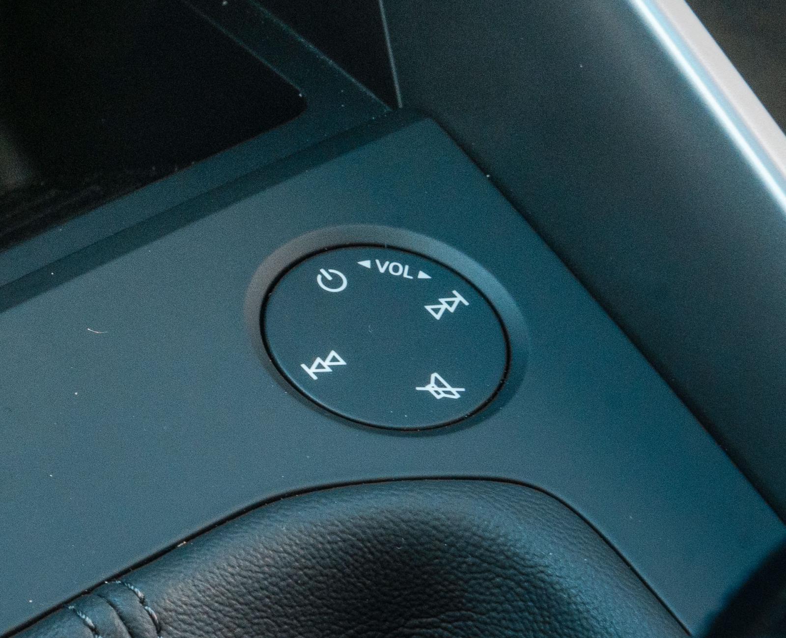 Audis tidigare volymvred gick att sköta med handskar, nu har en pekyta ersatt vredet. Snurra med fingret på ytan för att höja eller sänka volym. Tryck på respektive symbol för att spola eller pausa. Visst effektsökeri men det fungerar trots allt bra.