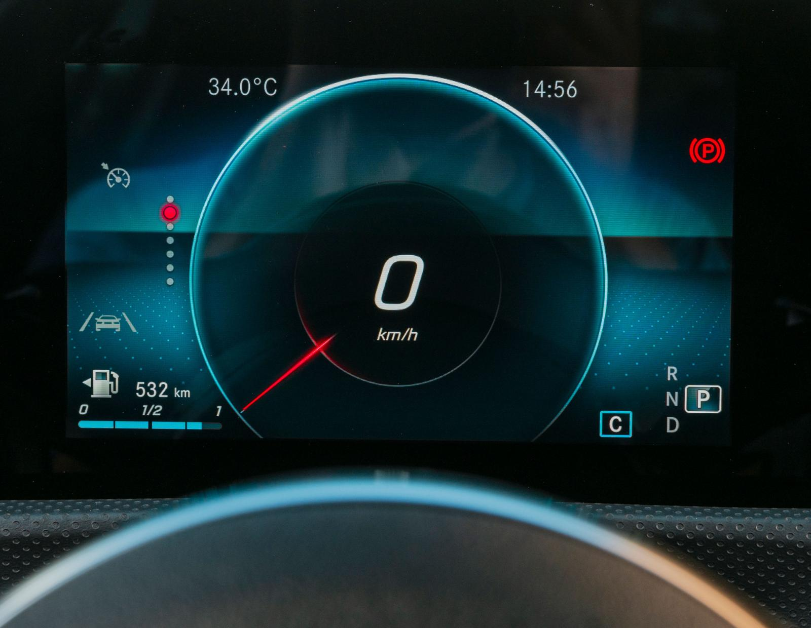 """Mercedes kallar instrumentvyn för """"progressiv"""", en mer konventionell hastighetsmätare är några klick bort. För att kunna visa varv- och hastighetsmätare samtidigt får man lägga till 5200 kronor för """"Widescreen cockpit""""."""