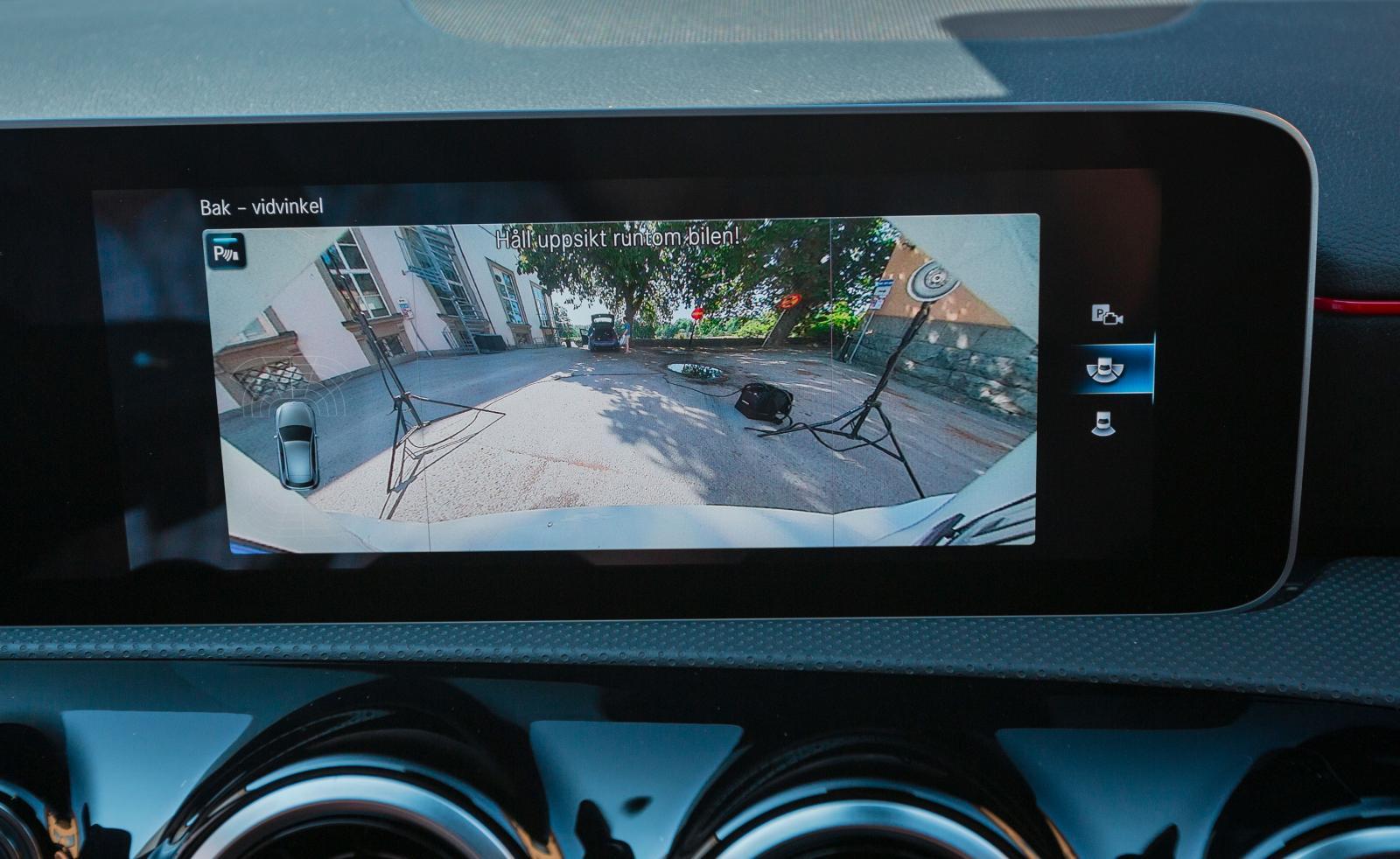 Backkameran kan visa en 180 gradersvy, bra om sidosikten är skymd.