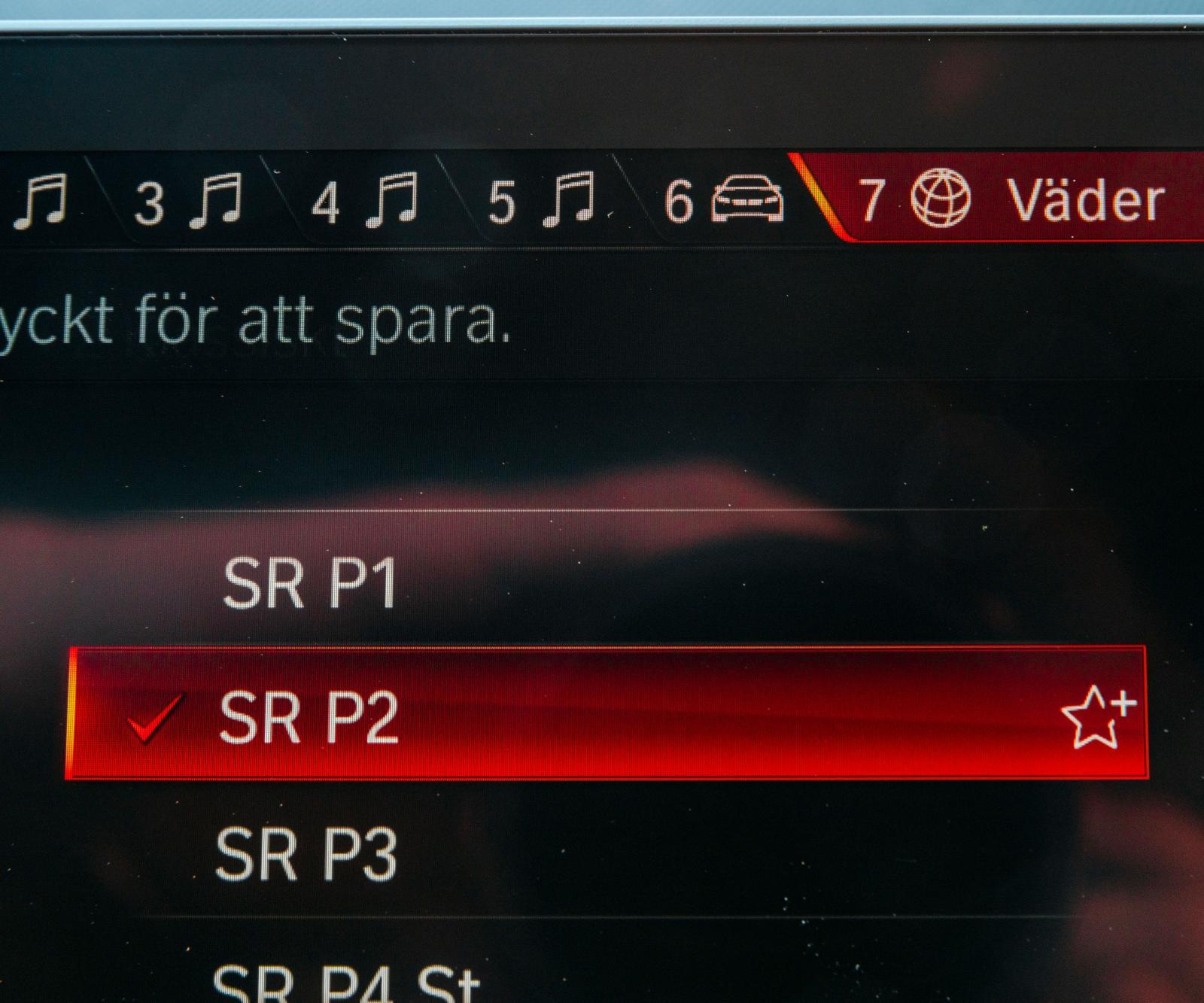 Siffrona har motsvarigheter i fysiska knappar i BMW. Knapparna är programerbara. Här har siffrorna ett till fem programerats med radiokanaler. Knapp sju ger lokal väderprognos. Smidigt.