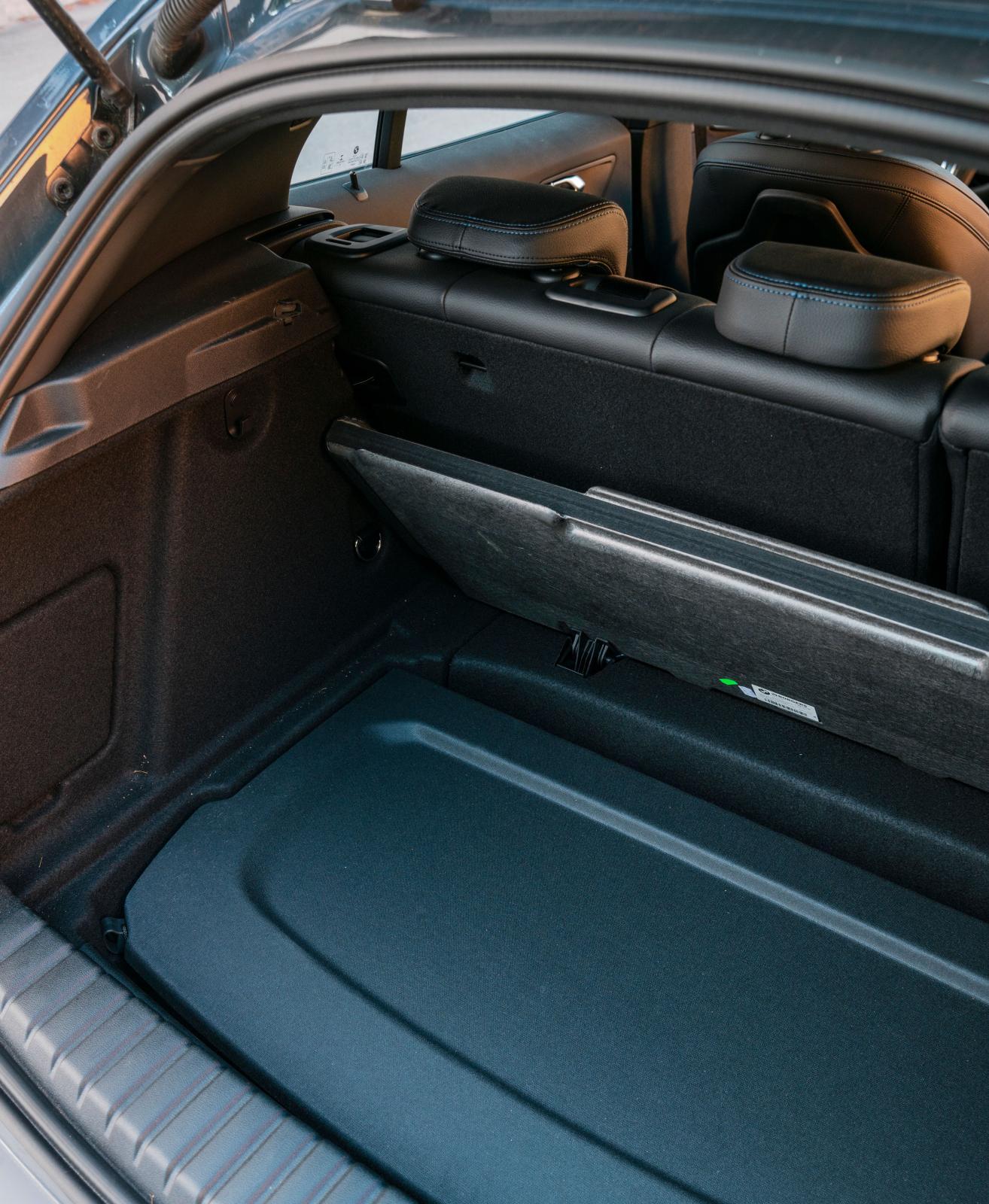 BMW:s hatthylla har en för ändamålet anpassad plats under bagagegolvet. Audi och Mercedes kan förvara hattyllorna på liknande vis.