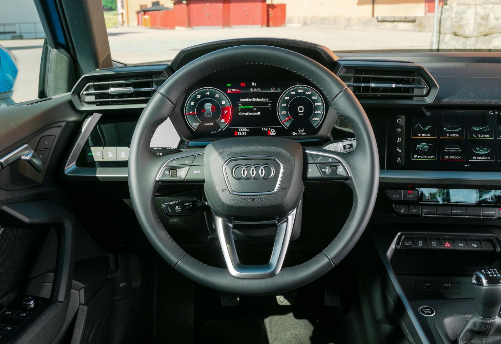"""Audi Om någon tänker """"påminner inte det här om Lamborghini?"""" så kommer Audis designavdelning bli mer än nöjda. Greppvänlig ratt."""