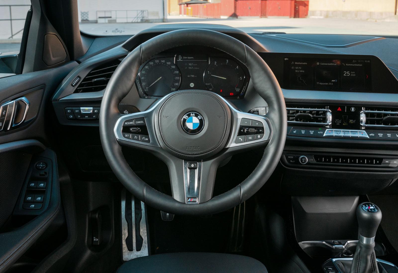 BMW Mycket form och vinklar även här. Klassiskt volymvred till stereon. Totalt finns 51 fysiska knappar på ratt och instrumentpanel. Knubbig ratt.