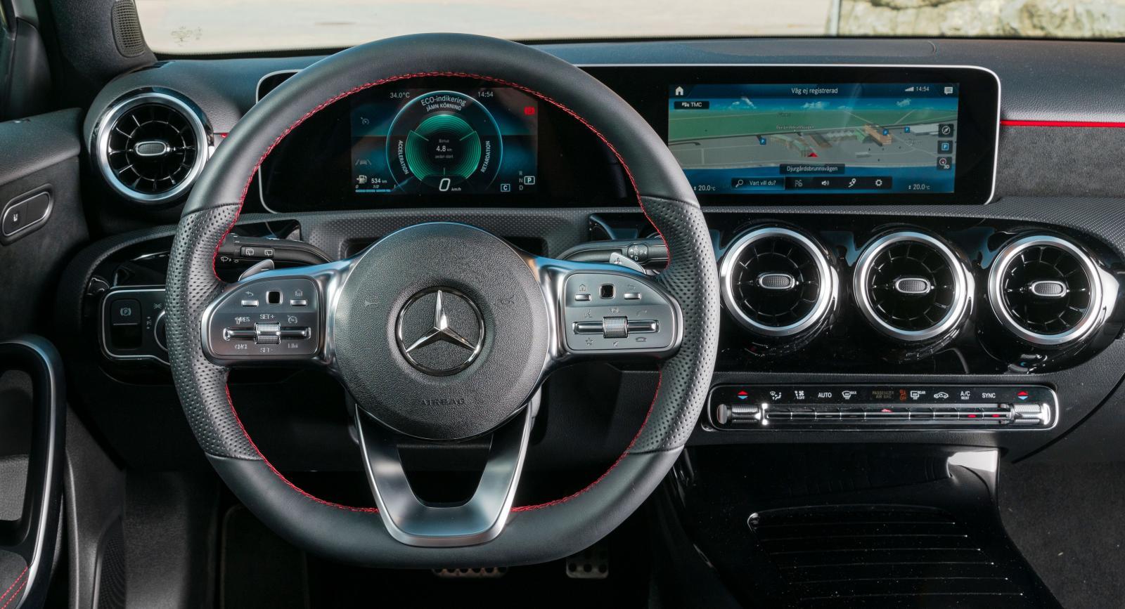 MB Mercedes blandning av krom, pianolack, alcantara och kontrastsömmar ger ett klassiskt men ändå modernt utseende som nog skulle kalla exklusivt.