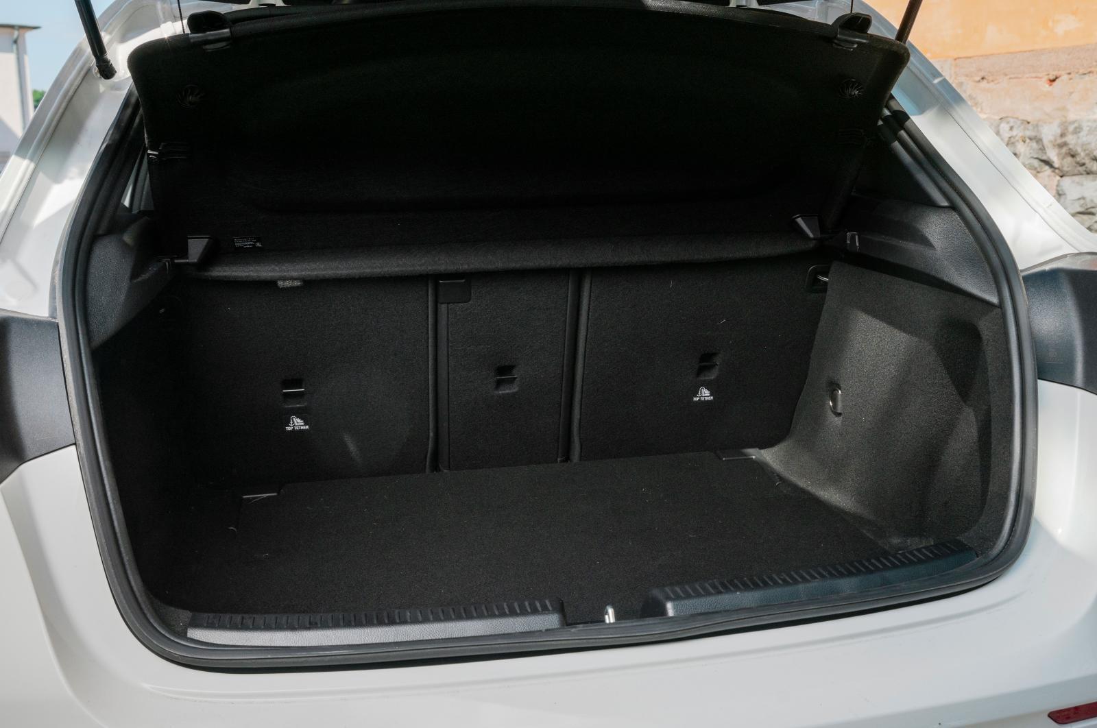 Ett mindre förvaringsfack under golvmattan rymmer de mest nödvändiga små pryttlarna. Testbilarna har rediga lastsurrningsöglor, Mercedes är inget undantag. 40/20/40 fällning är standard. Plus i kanten för jackkroken i bakluckans stängningshantag och belysning från luckans ovankant.