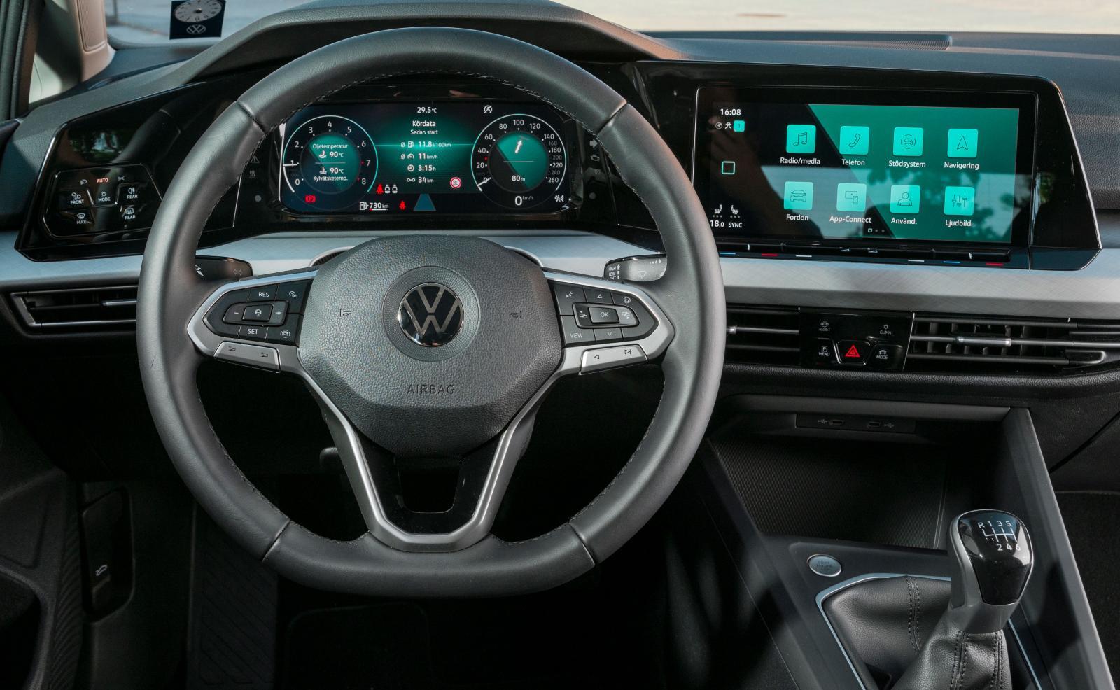 VW Peka och svep. Elhissar, startknapp och reglagen i ratten är fortfarande av den fjädrande sorten men i övrigt är det touchknappar som gäller. Vågat.