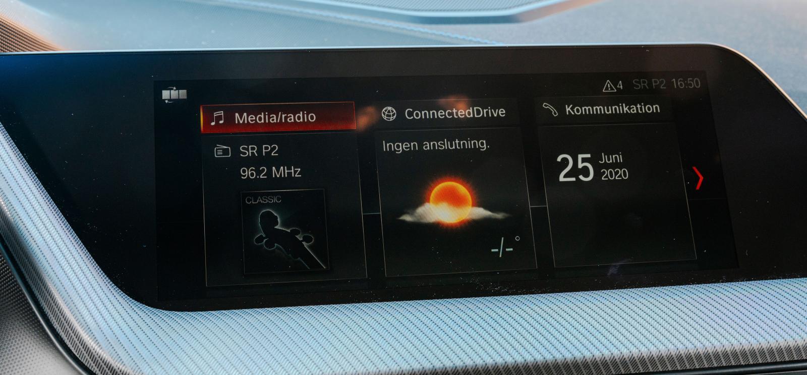 BMW:s skärm är förhållandevis smal. Tydligt menysystem men det blir mycket klickande och rullande i menyerna.