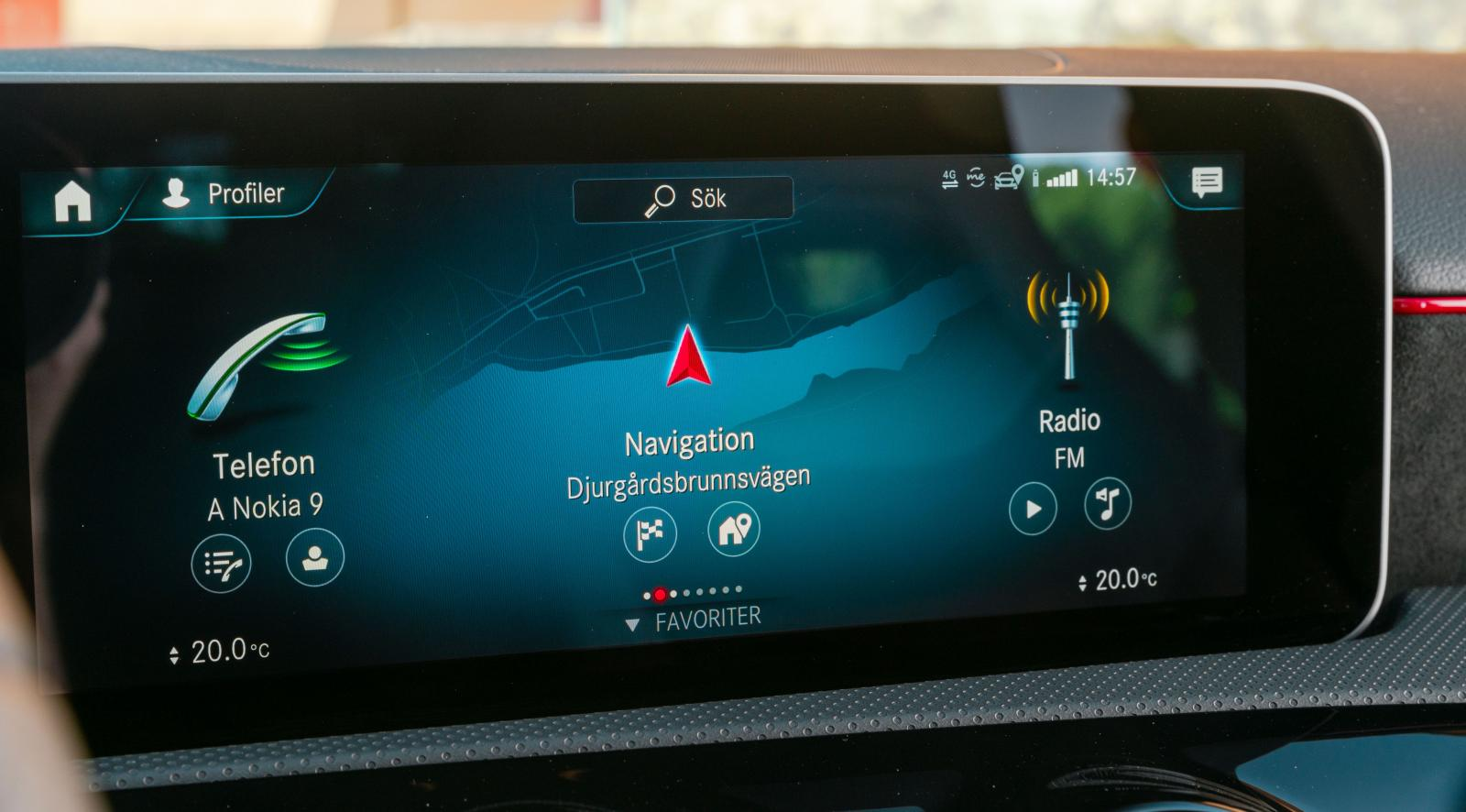 Mercedes MBUX system är föredömligt tydligt, dessutom kan alla funktioner skötas från höger ratteker.