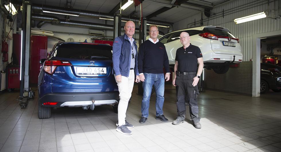 Roger Lööf och Lars Persson från Honda Sverige tillsammans i verkstaden med ägaren Lasse Nilsson.