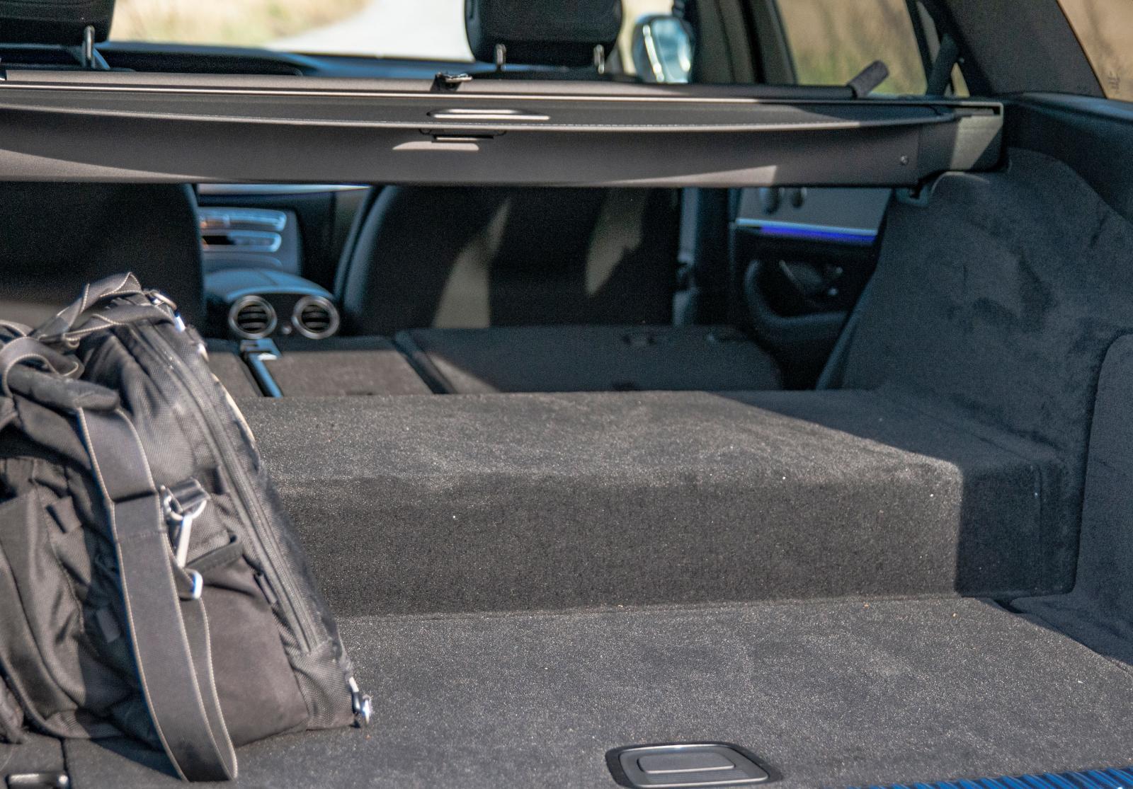 Batteriets placering i E-klass laddhybrid är en gåta för alla utom Mercedes ingenjörer. Konstruktionen blir kvar till nästa generationsskifte 2023.