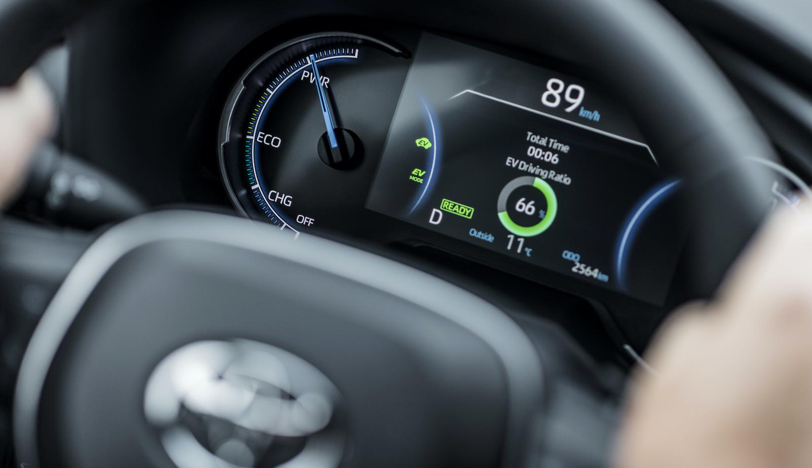 Stort batteri ger upp till 75 km räckvidd på el och låga utsläpp.