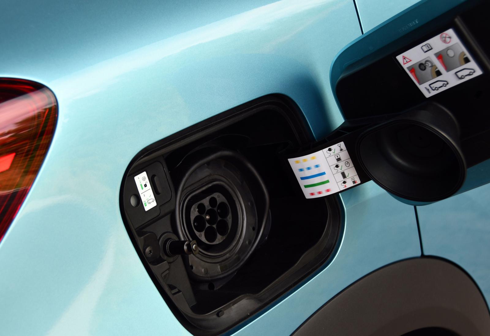 Laddkontakten skyddas av en rejäl gummipackning/muff i täckkåpan. Max 7,4 kW laddning.