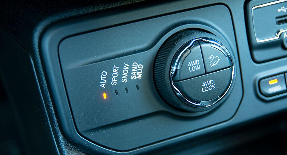 Bilens framkomlighet  i terräng är fortsatt hög med fyrhjulsdrift och låsbar bakdifferential.