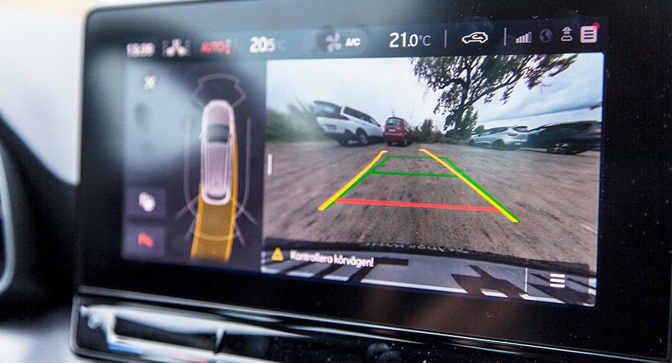 Backkameran ger en förvrängd bild av verkligheten vilket gör avståndsbedömning svårt.