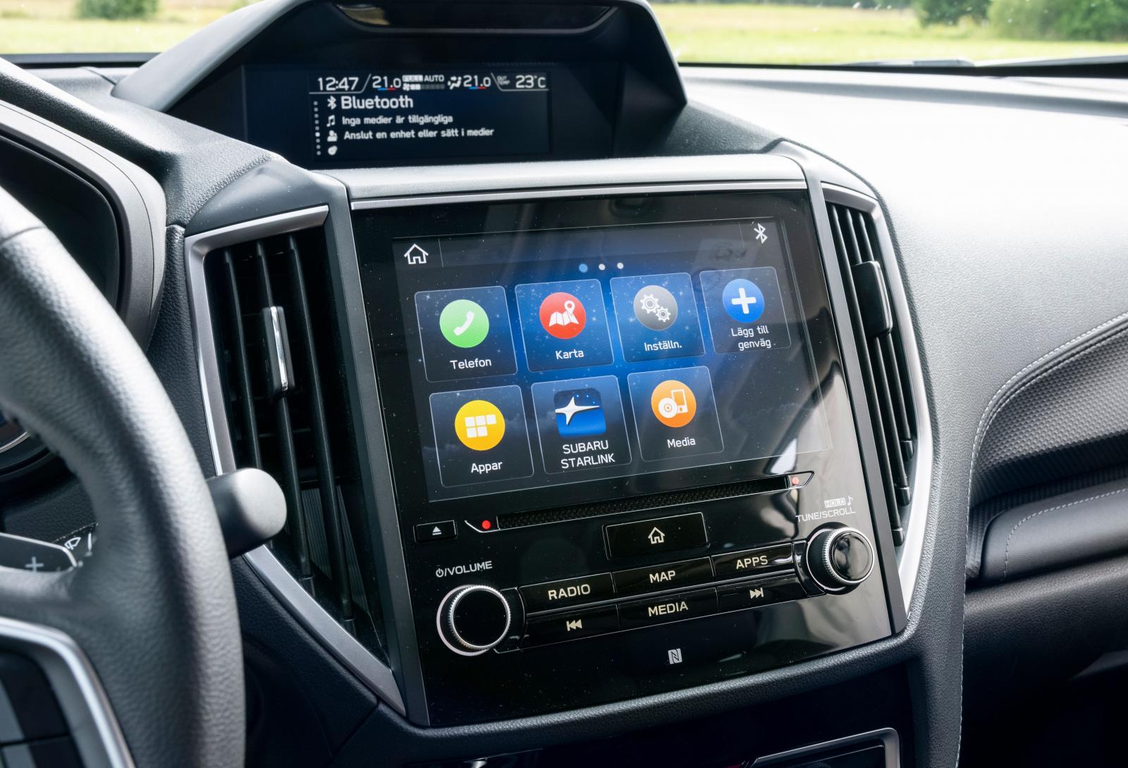 Subaru: Knappast sista skriket i hantering eller design men efterhand lär man sig att hitta. Bra knappar och vred. Subaru är alltjämt försedd med cd-spelare, en raritet numera.